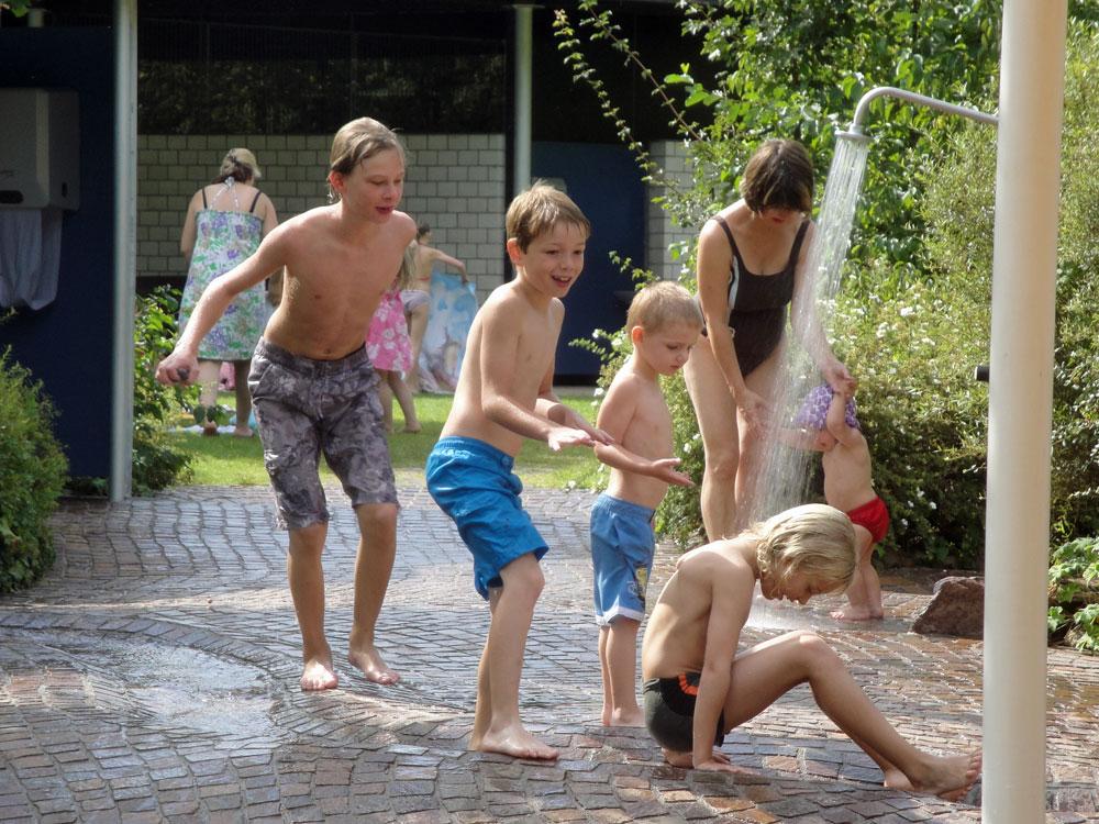 Kinder genießen den nassen Spaß