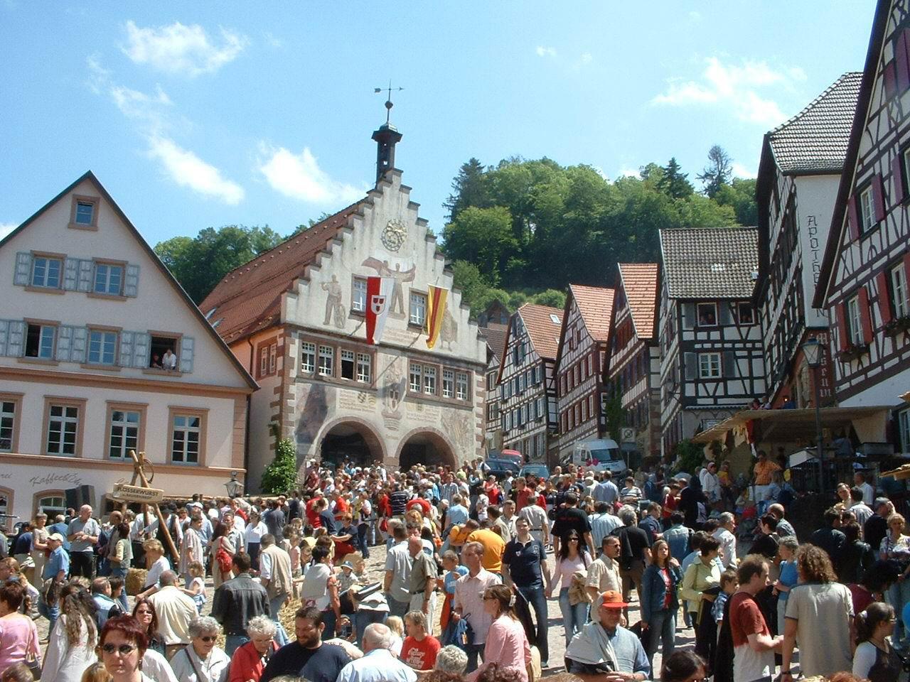 Prall gefüllter Marktplatz am Stadtfest 2010 (Bild: Sven Steinle)