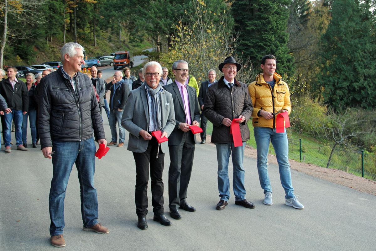 Das Band ist durchschnitten, v.l.n.r.: Stadtbaumeister Roland Grießhaber, Jürgen Bühler (Büro Breinlinger), Bürgermeister Thomas Haas, Landrat Dr. Wolf-Rüdiger Michel und Saša Konrad (Fa. Stumpp)