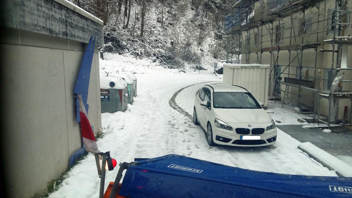 Ein parkendes Auto versperrt dem Räumfahrzeug die Durchfahrt