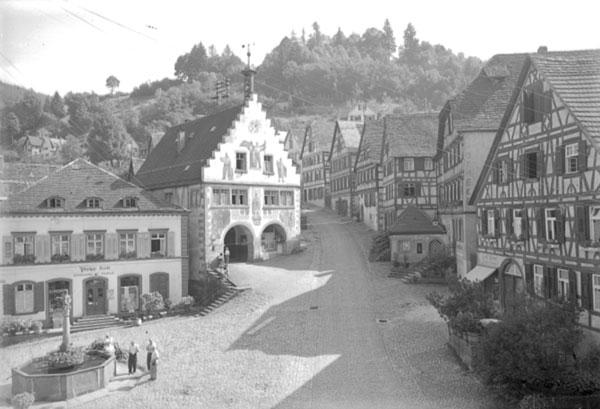 historische Schwarz-Weiss-Aufnahme: Marktplatz mit Rathaus