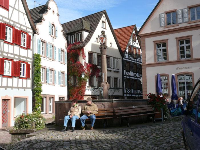 Der Schiltacher Marktplatz mit Fachwerkhäusern und Brunnen