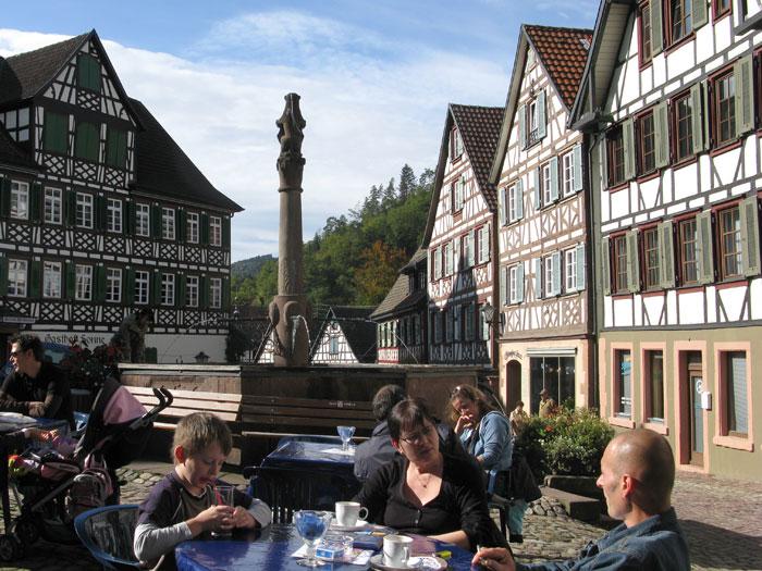 Gäste in einem Cafe in Schiltach