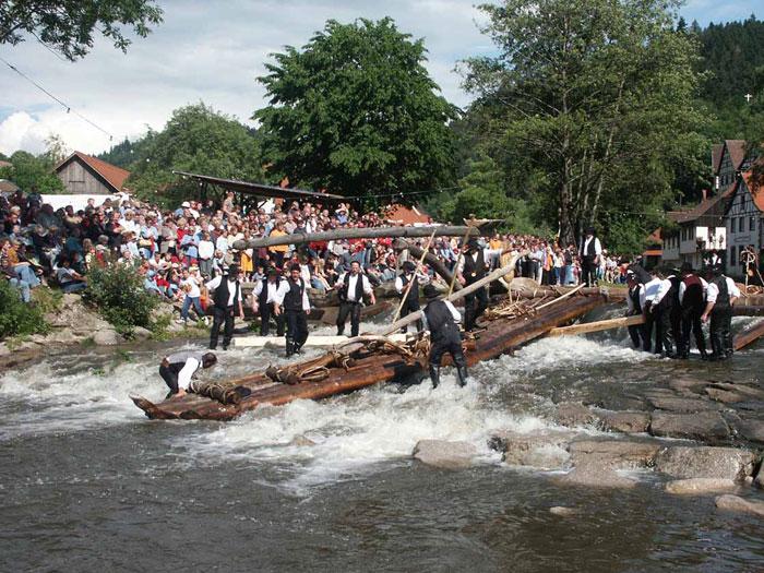 Zahlreich Besucher bestaunen Floß und Flößer beim Flößerfest