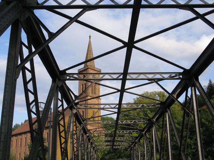 Eisenbahnbrücke mit Kirche im Hintergrund