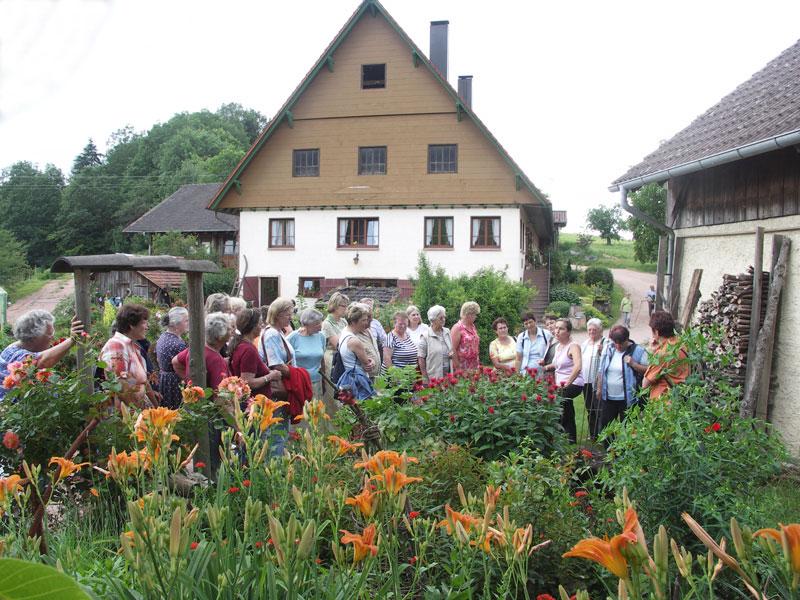 Walburga Schillinger bei einer Führung auf ihrem Hof