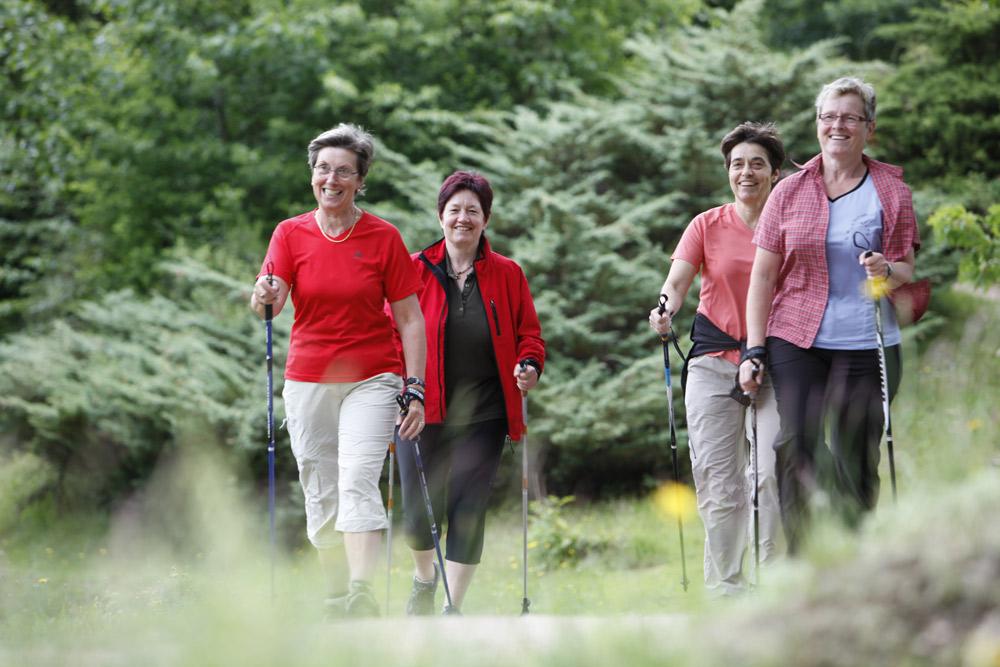 Eine Gruppe von Nordic-Walkerinnen auf dem Schloßberg in Schiltach