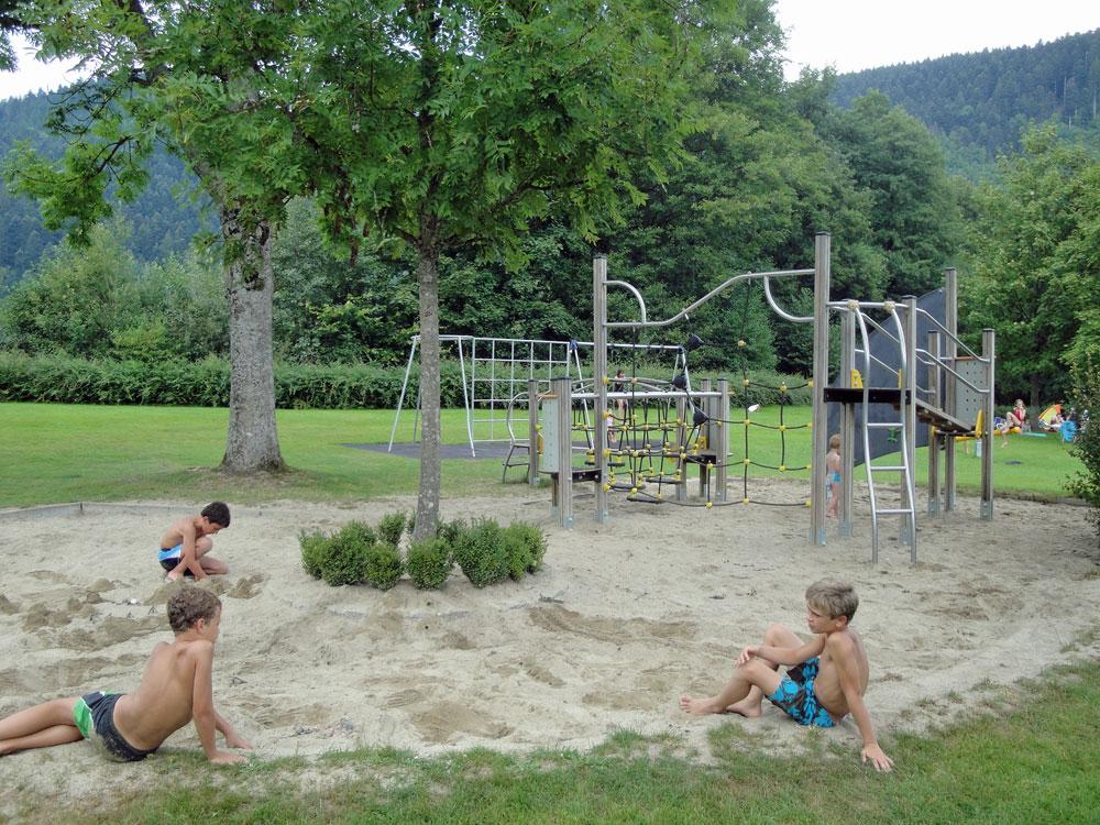 Großzügiger Spielplatz im Freibad