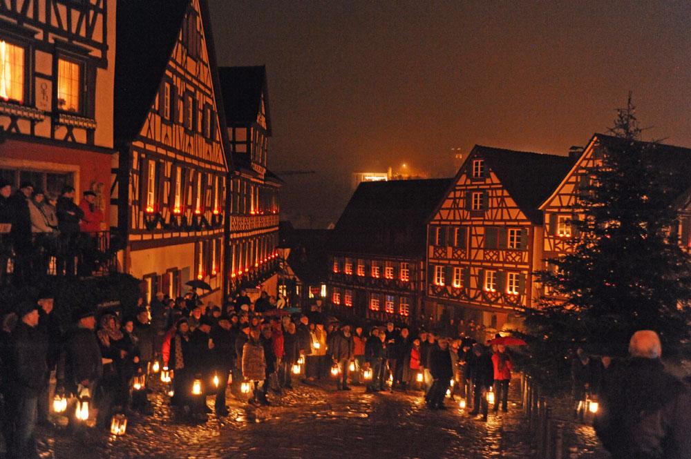 Die Gemeinde trifft sich auf dem Marktplatz vor dem historischen Rathaus