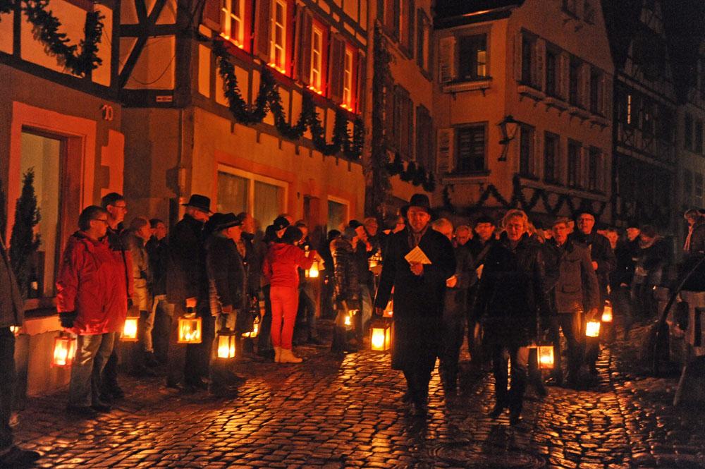 Singend zieht die Gemeinde vom Marktplatz zum evangelischen Pfarrhaus