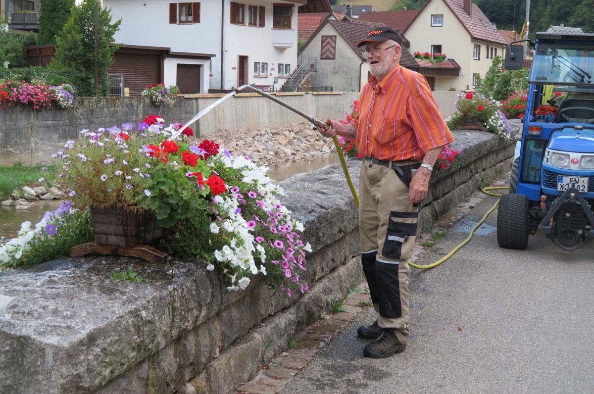 Kruno Ritteser bei der Blumenpflege