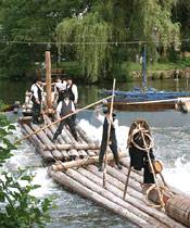Flößer auf Ihrem Holzfloß beim Flößerfest in Schiltach