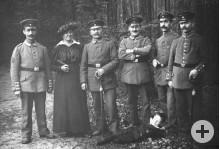 historische Schwarz-Weiss-Aufnahme: Männer in Uniform