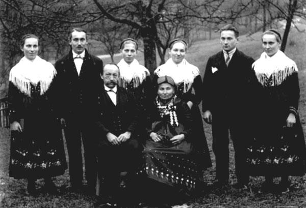 historische Schwarz-Weiss-Aufnahme: Familie in Tracht