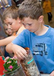 Kinder beim spielerischen lernen