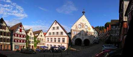 Panoramablick auf den Marktplatz mit Rathaus