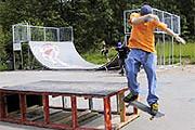 Kinder spielen im Skaterpark