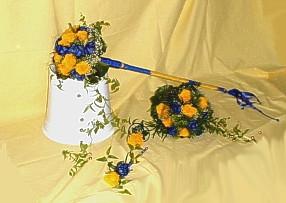 Blumenarrangement in blau-gelb