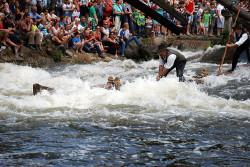 Die Kinzig mausert sich nach der Öffnung der Durchfahrtsöffnung zu einem überraschend wilden Fluss