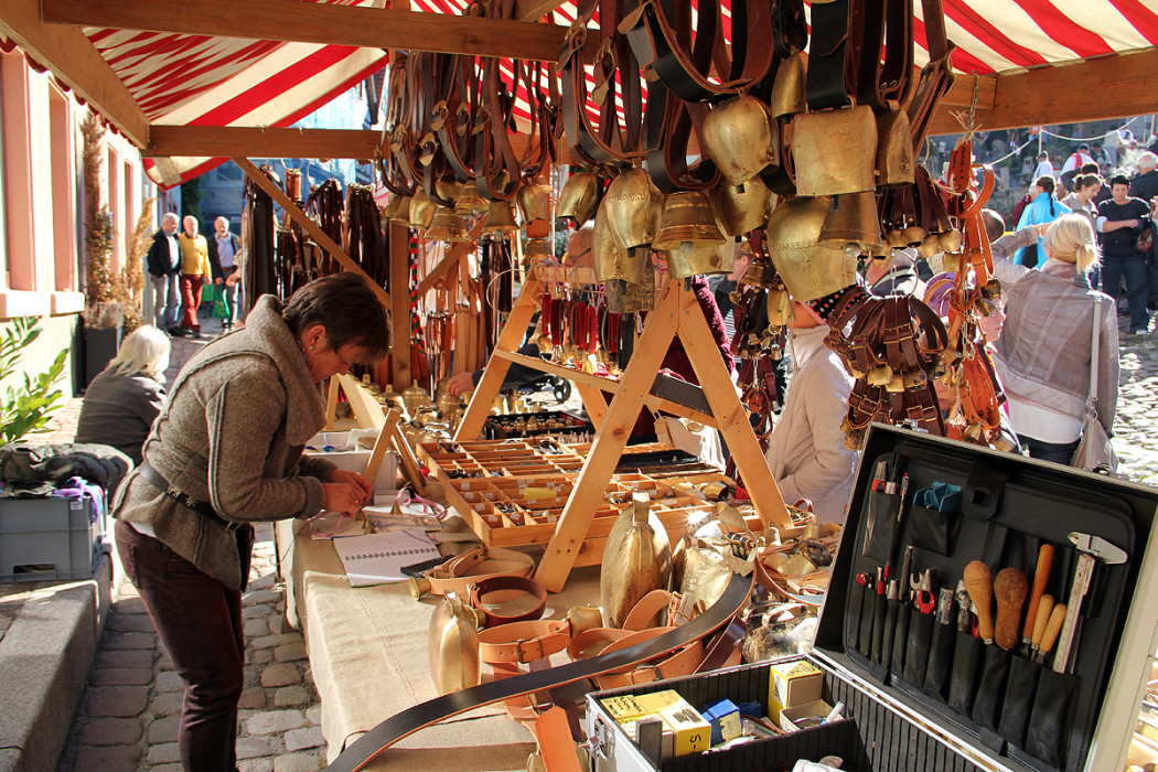 Der Kuhglockenstand ist auch schon seit dem ersten Bauernmarkt dabei. Damals mit ihrem Vater, heute mit Irene Moosmann.