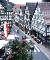 Blick auf die Hauptstraße mit vielen Fachwerkhäusern