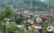 Blick auf Schiltach mit Kirche und Rathaus