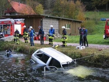 Feuerwehrleute bergen das Auto aus dem Kanal