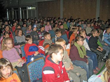 Grundschüler in der Friedrich-Grohe-Halle