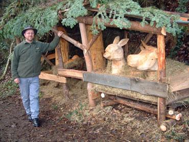 Holger Wöhrle neben seiner Waldkrippe