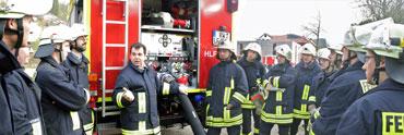 Einweisung in die Technik des neuen Feuerwehrautos