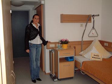 Pflegedienstleiterin Katja Hirth in einem der neuen Zimmer