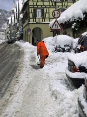 Räumung eines Gehweges in der Hauptstraße
