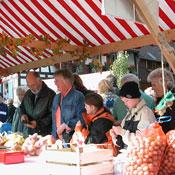 Besucher vor einem Marktstand