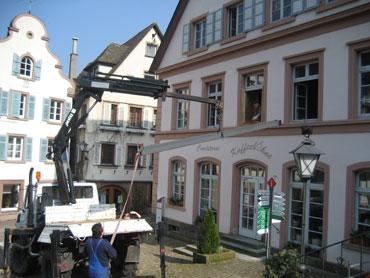 Ein Stahlträger wird ins Rathaus gehoben