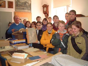 Schüler im Archiv