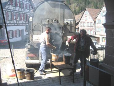 Mitarbeiter der Firma Kirchhoff bringen Heißasphalt