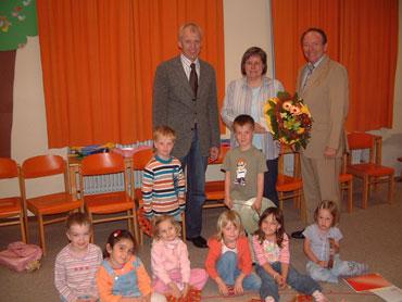 Hans Schmalz, Ulrike Daniels und Arnhold Budeck mit Schülern