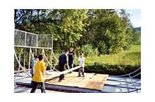 Kinder beim Bau des Skaterparks
