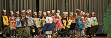 Schulkinder auf der Bühne