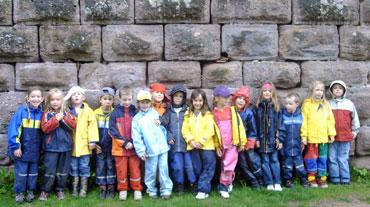 Die Schulanfänger an der Burgmauer