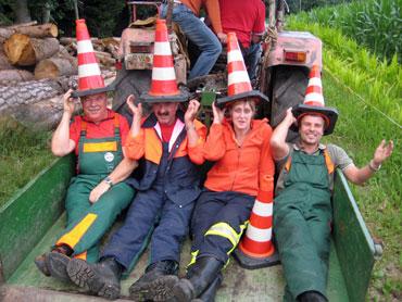 Eine Feuerwehrgruppe im Anhänger