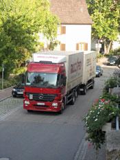 Lastwagen in der Ortsdurchfahrt