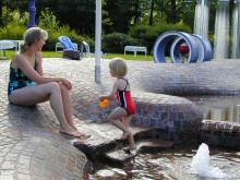 Mutter und Kind im Soielbereich des Freibads