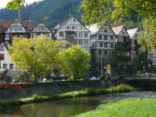 Fachwerkhäuser am Ufer der Kinzig