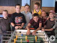Kinder beim Tischfussball