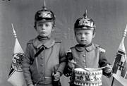 Historisches Foto zeigt zwei Buben mit Säbel und Trommel