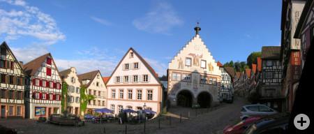 Der Marktplatz mit dem historischen Rathaus