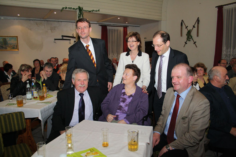 Gruppenbild mit Damen: stehend von links Kultusminister Wöller, Landtagsvizepräsidentin Dombois und Innenminister Ulbig. Sitzend von links Frank Gössel, Christine Gössel und Landratstellvertreter Darmstadt.