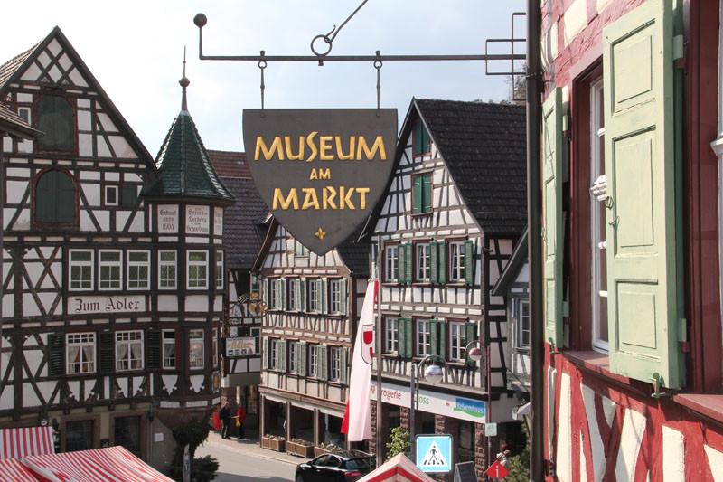 """Ein häufig fotografiertes Motiv: Blick vom Museum auf den """"Adler"""", der als schönstes Fachwerkhaus Schiltachs gilt."""