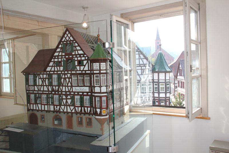 """Modell und Original auf einen Blick. Das traditionsreiche Gasthaus """"Adler"""", das als schönstes Fachwerkgebäude in Schiltach gilt."""
